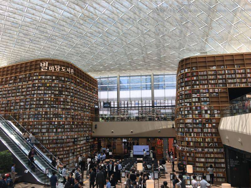 People browsing the walls of books at Seoul's new Starfield Library.