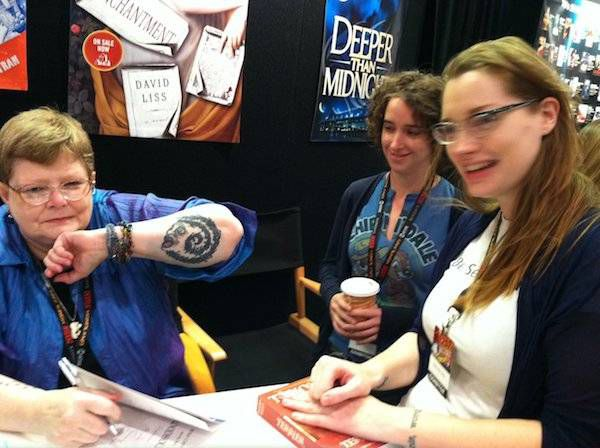 Jenn with Tamora Pierce at NYCC 2011