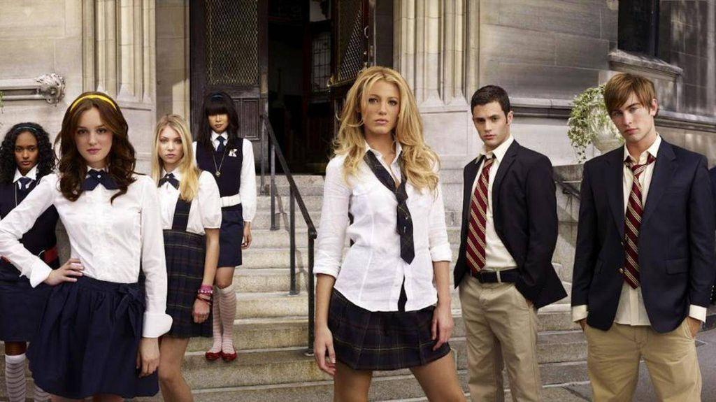 Gossip Girl season one cast posing in school uniforms