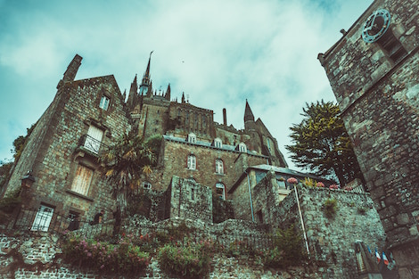 What Is Gothic Fiction? (With 14 Book Recommendations!)