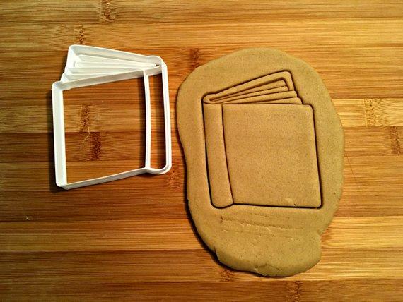 Reservar cortador de galletas con masa y galletas cortadas