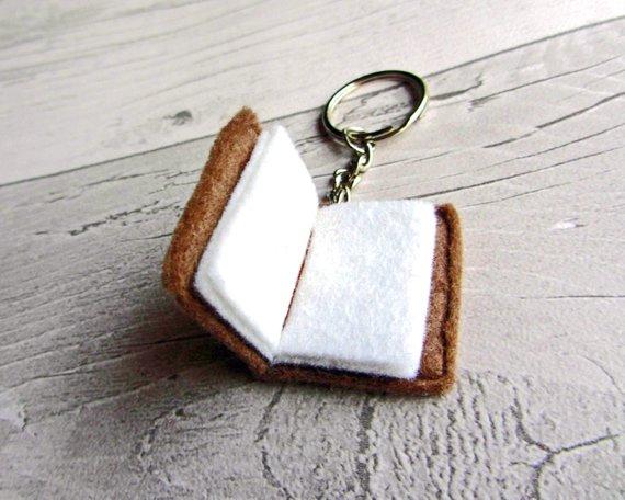 Tiny Felt Keychain que parece un libro