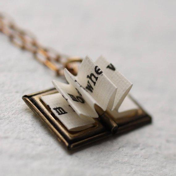 Un collar en forma de un pequeño libro abierto