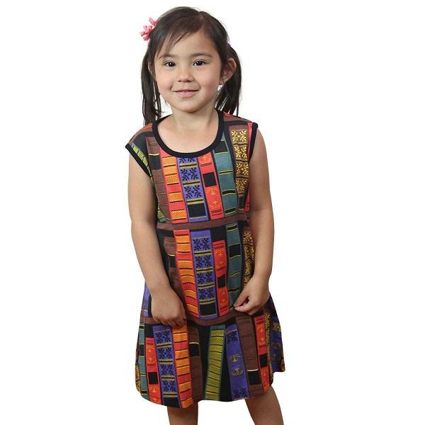 Una niña pequeña con un vestido sin mangas impreso con espinas de libros