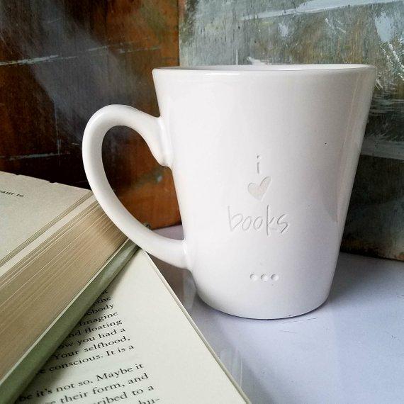 Taza blanca con I Heart Books grabado