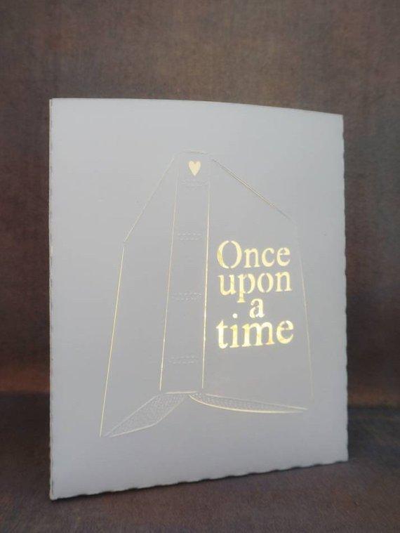 """Luz de papel con forma de libro que dice """"Érase una vez"""""""