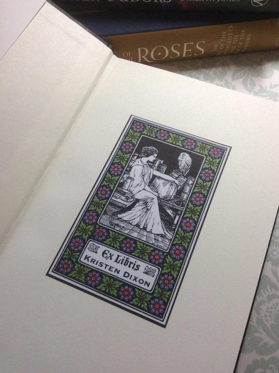 Placa del libro Ex Libris con el nombre de los propietarios y la imagen de una mujer