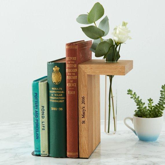 Sujetalibros de madera con nombre grabado y jarrón para flores