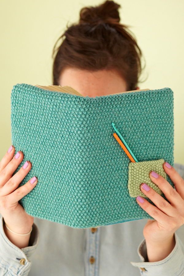 http://www.molliemakes.com/craft/how-to-knit-book-cover/