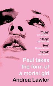 Paul assume a forma de uma capa de Mortal Girl