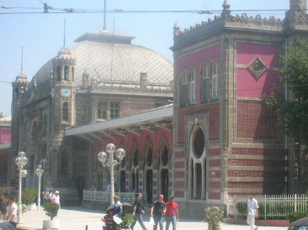 Estação de trem rosa ornamentada.