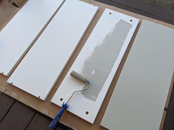 Foto mostrando a pintura de peças de estante preparadas, cortesia do autor