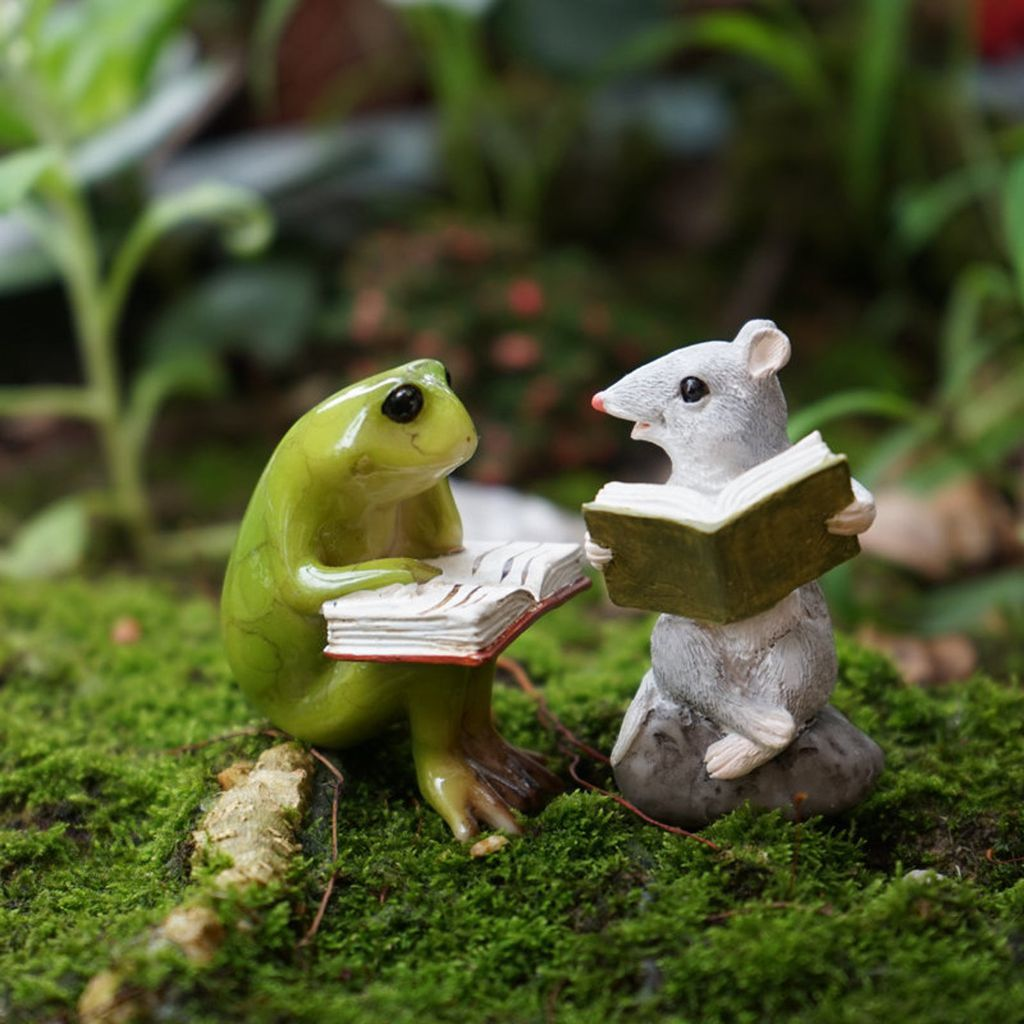 Reading frog and mouse figurines