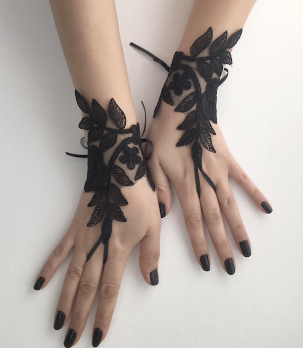 picture of black lace fingerless gloves