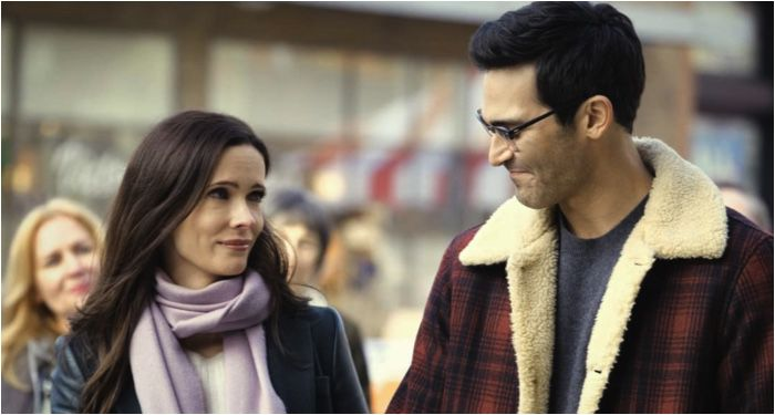 Tyler Hoechlin and Elizabeth Tulloch as Clark Kent and Lois Lane in a still frame from Superman and Lois (2021)